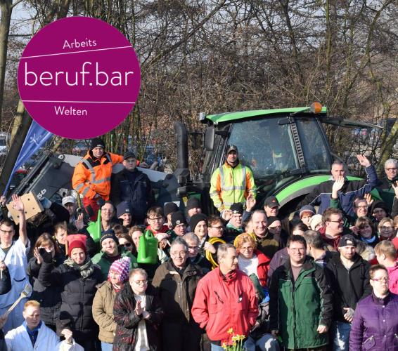 Allgemein. Arbeitswelten. berufbar. Gruppenbild von Beschäftigten, draußen vor einem Traktor.