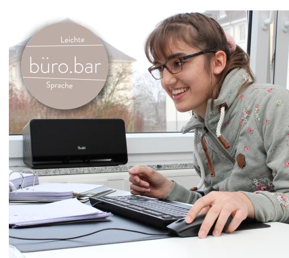Büro für leichte Sprache. Bürobar. Person am Schreibtisch mit Tastatur und Maus.